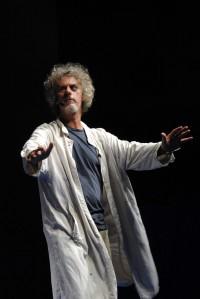 Un espressione stralunata nello show di Paolo Migone